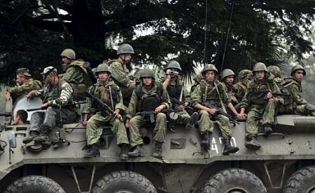 Российские войска покидают грузинскую военную базу Сенаки. Фото Reuters