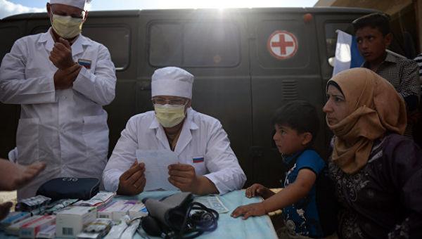 Российские врачи во время приема жителей населенного пункта Каукаб в Сирии. Архивное фото