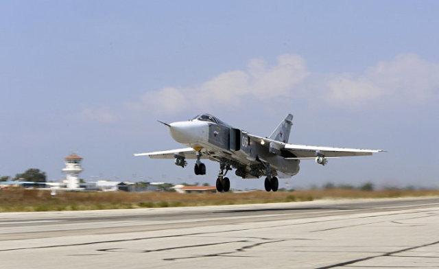 Российский Су-24М взлетает с авиабазы «Хмеймим» в Сирии