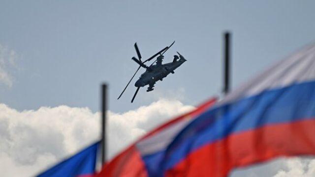"""Российский разведывательно-ударный вертолёт нового поколения Ка-52 """"Аллигатор"""" совершает полет на Международном авиационно-космическом салоне МАКС-201"""