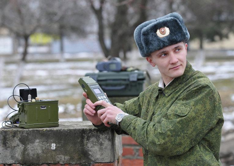Российский военнослужащий работает с прибором ГЛОНАСС.