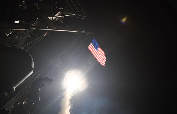 Американский ракетный эсминец USS Porter наносит удар по авиационной базе Сирии