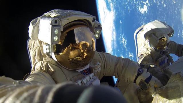Россияне Антон Шкаплеров и Александр Мисуркин во время выхода в открытый космос в 2018 году