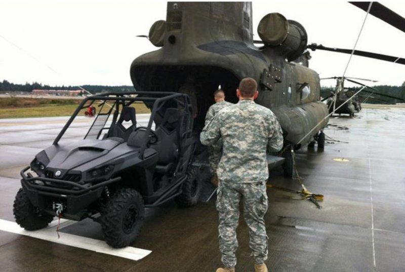 Погрузка джипа C2 Commander в вертолет CH-47 Chinook.
