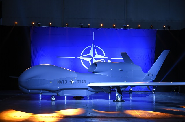 Церемония выкатки первого беспилотного летательного аппарата RQ-4B Block 40 Global Hawk, построенного по совместной программе Allied Ground Surveillance (AGS) стран-участниц НАТО. 4 июня 2015г.