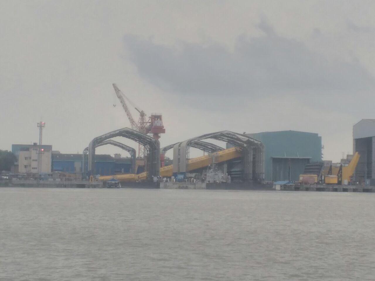 Рухнувший 17.04.2018 250-тонный главный козловый подъемный кран Goliath индийского судостроительного предприятия Garden Reach Shipbuilders & Engineers (GRSE), Колката.