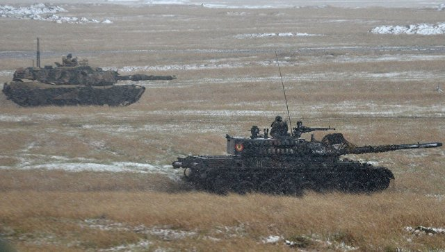 Румынский танк TR-85M1 Bizonul и американский танк M1A1 Abrams во время совместных учений. Архивное фото.