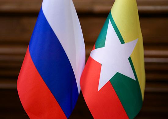 Флаги России и Мьянмы.