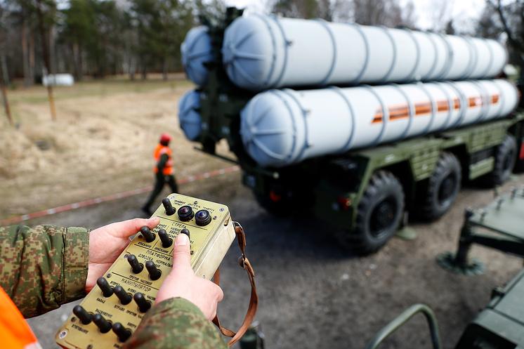 """Перезарядка зенитного ракетного комплекса С-400 """"Триумф""""."""