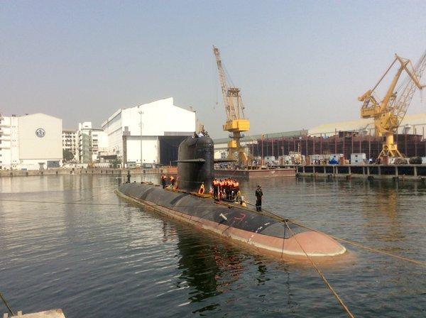 Головная завершенная строительством на индийском государственном судостроительном предприятии Mazagon Dock Limited (MDL) для ВМС Индии дизель-электрическая подводная лодка S 50 Kalvari проекта Scorpene выходит на заводские ходовые испытания. Мумбай, 25.03.2016.