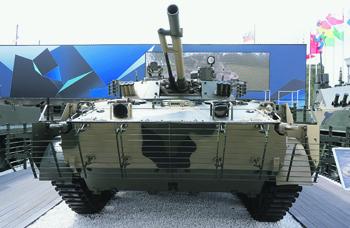 С нынешнего года все контракты на поставку БМП-3 требуют оснастить ее креплениями для дополнительных бронерешеток. Фото Виталия Кузьмина