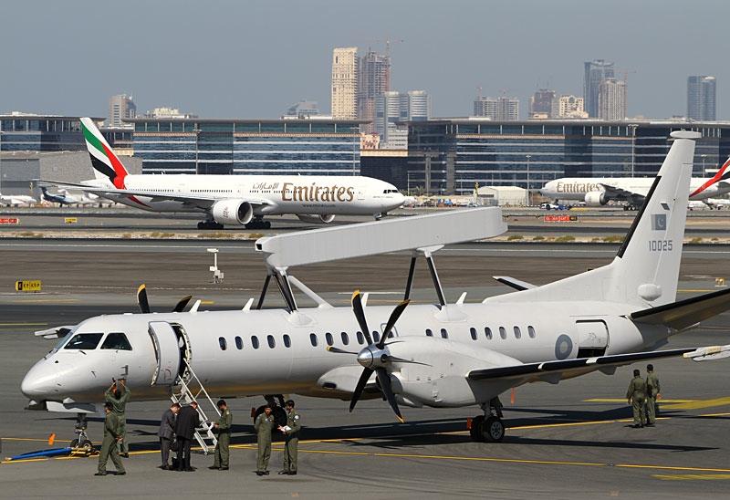"""Самолет дальнего радиолокационного обнаружения и управления Saab 2000 AEW&C с радиолокационным комплексом Saab Erieye ВВС Пакистана (бортовой номер """"10025"""", серийный номер SE-25). Дубай, ноябрь 2011 года."""