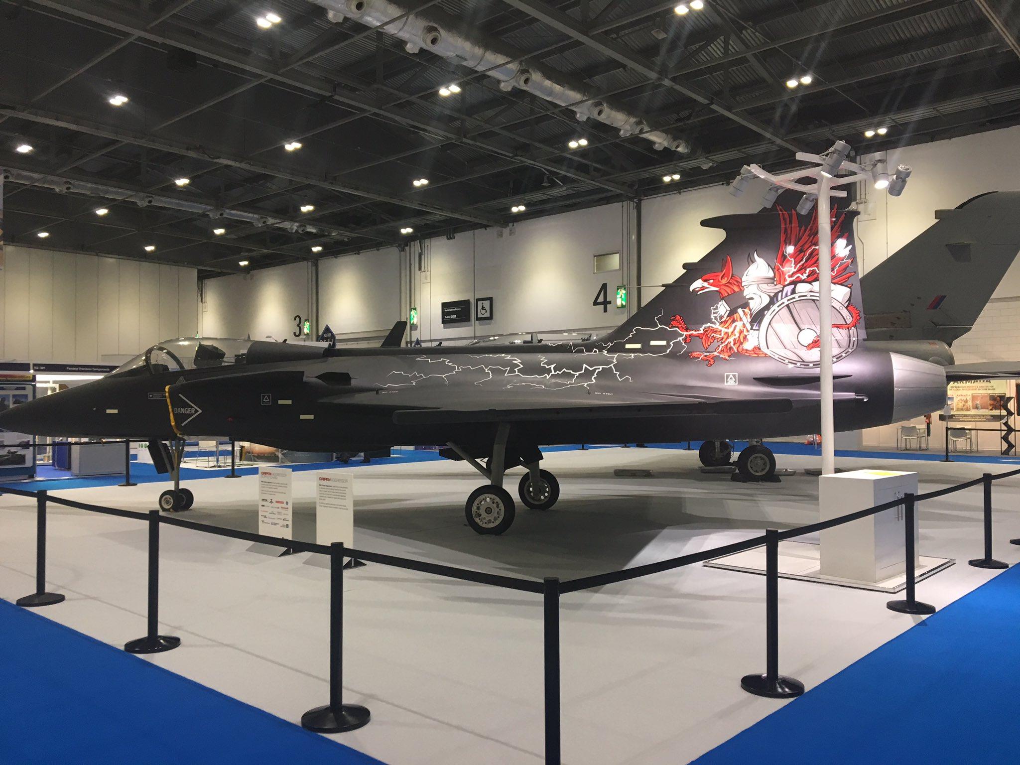Полноразмерный макет самолета Saab Gripen Aggressor в экспозиции выставки DSEI-2017 в Лондоне.