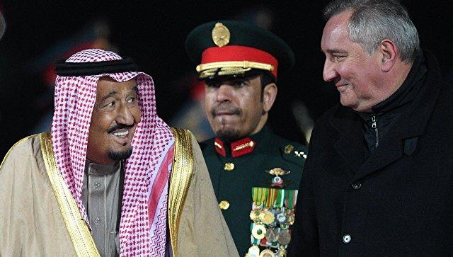 Король Саудовской Аравии Сальман Бен Абдель Азиз Аль Сауд и Дмитрий Рогозин во время официальной встречи в аэропорту Внуково-2. 4 октября 2017.