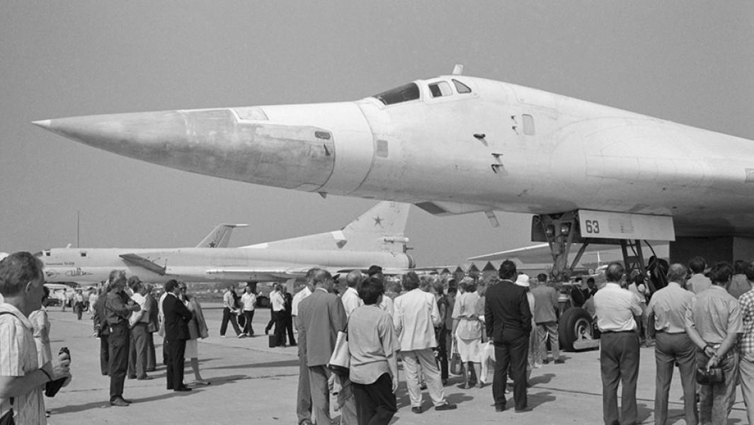 """Первый национальный аэрокосмический салон """"Мосаэрошоу-92"""",Ту-160 (на первом плане)."""