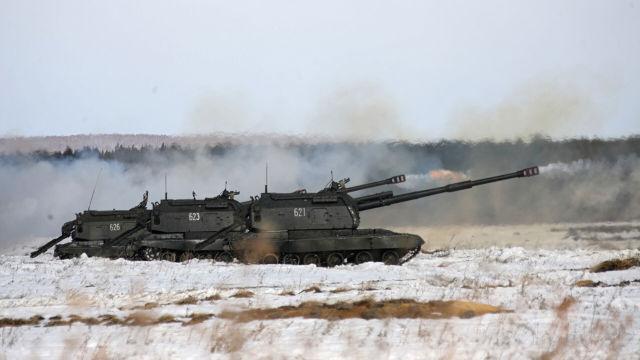 """Самоходная гаубица 2С19 """"Мста-С"""" во время тактических учений с боевой стрельбой"""