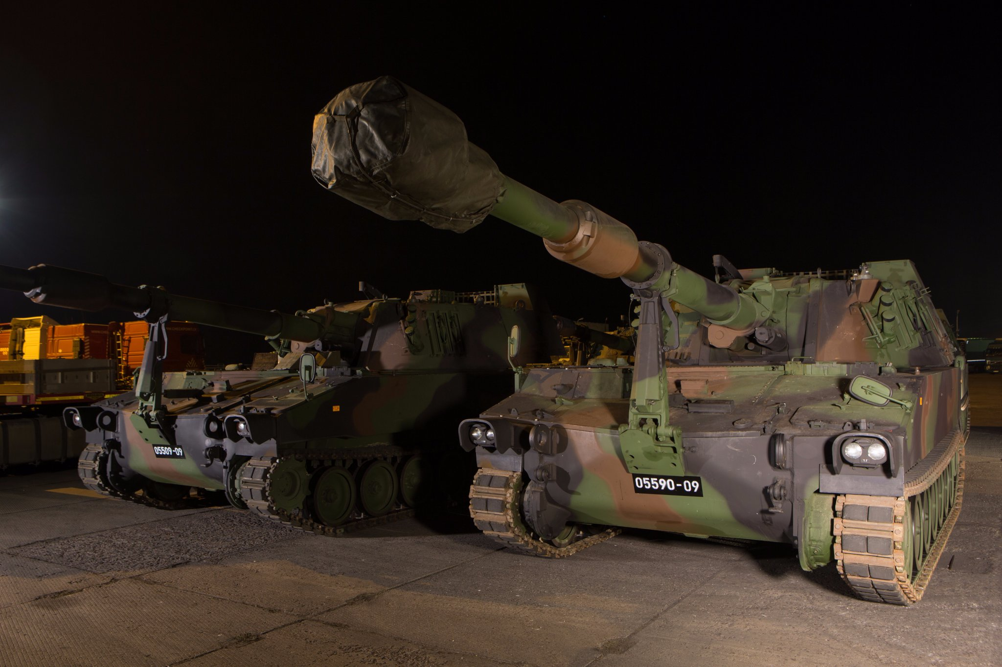 Доставленная в Латвию первая партия приобретенных для латвийской армии из наличия вооруженных сил Австрии 155-мм/39 самоходных гаубиц М109А5 американского производства. Лиепая, 01.10.2017.