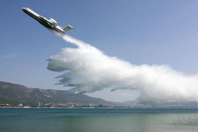 Самолет-амфибия Бе-200ЧС и летает, и пожары тушит очень эффектно и эффективно.