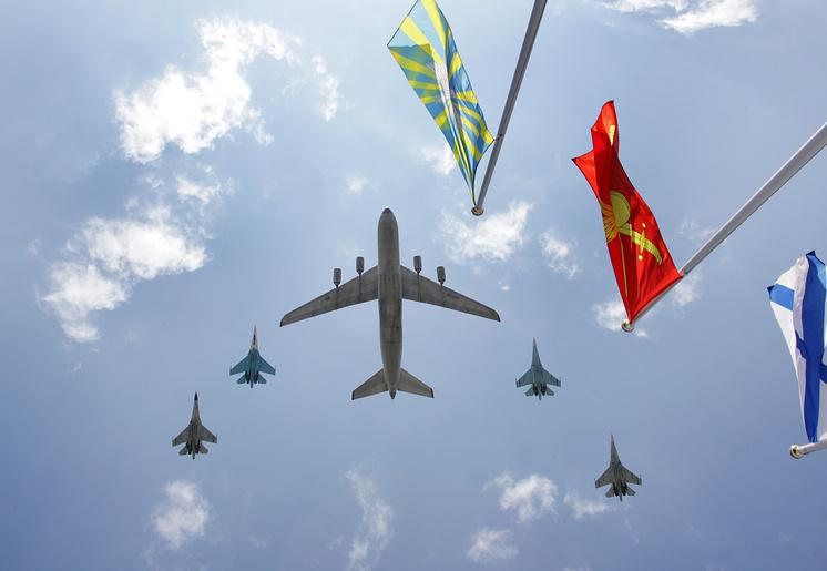 """Самолет Ан-124 """"Руслан"""" и истребители Су-27 во время подготовки к параду Победы, 2010 год."""