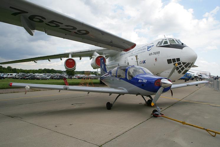 Самолет Ил-103 рядом с самолетом Ил-76ЛЛ (летающая лаборатория) с установленным двигателем ПД-14.