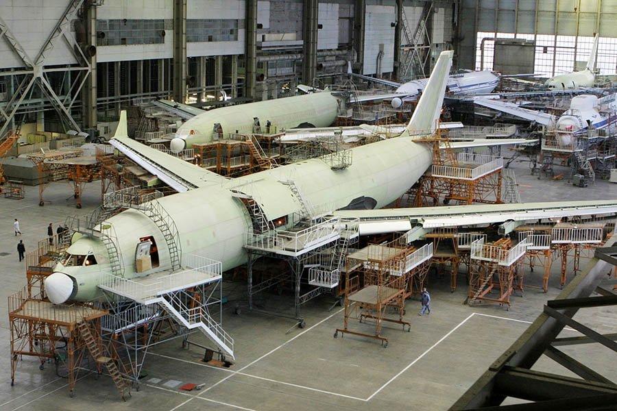 Самолет Ил-96 в цехе окончательной сборки.