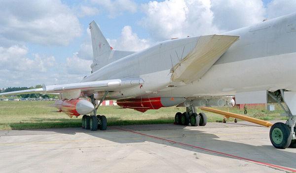 Самолет Ту-22М с ракетами Х-22