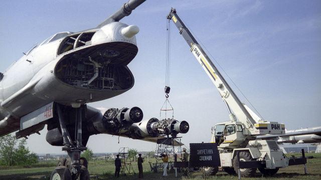 """Самолет """"Ту-95"""" со снятым оборудованием"""