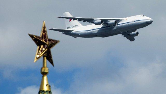 Самолет АН-124-100 во время репетиции воздушной части военного парада в Москве. Архивное фото.