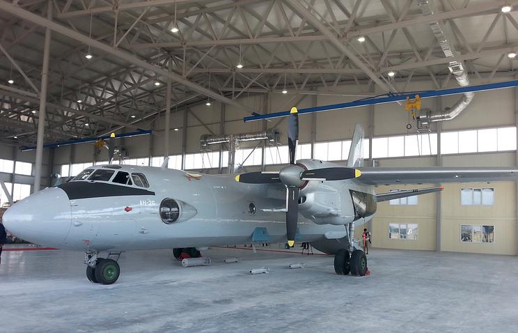 Самолет Ан-26 на российской авиабазе в городе Кант .