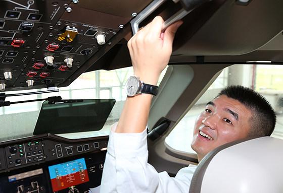 Представитель компании-заказчика - China Eastern Airlines, в кабине первого опытного образца китайского пассажирского самолета COMAC C919, август 2017 года.