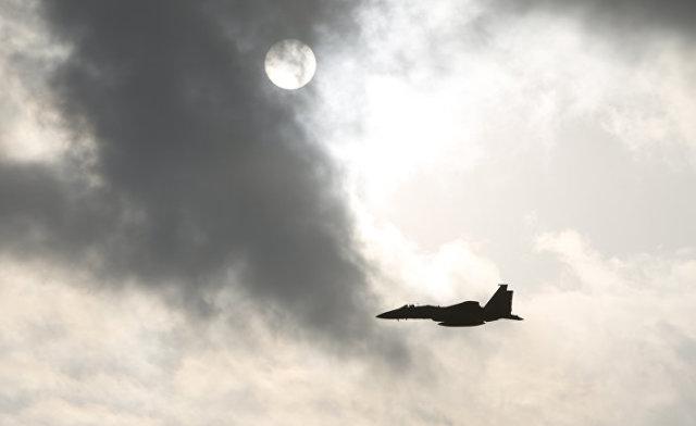 """Самолет F15 ВВС США взлетает с авиабазы """"Кадена"""" на острове Окинава"""