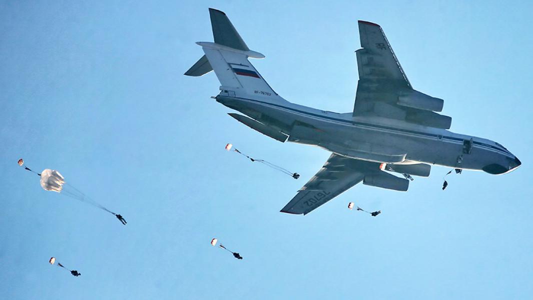 Самолет Ил-76 во время высадки десантников.