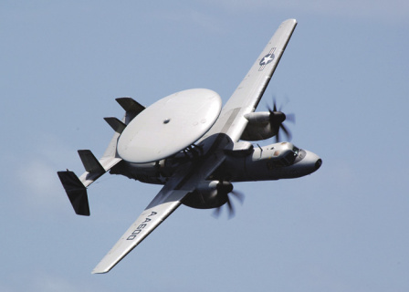 Самолет Northrop Grumman E-2C Hawkeye, оборудованный системой АВАКС. Фото с сайта www.navy.mil