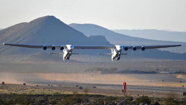 Самолет Stratolaunch во время взлета