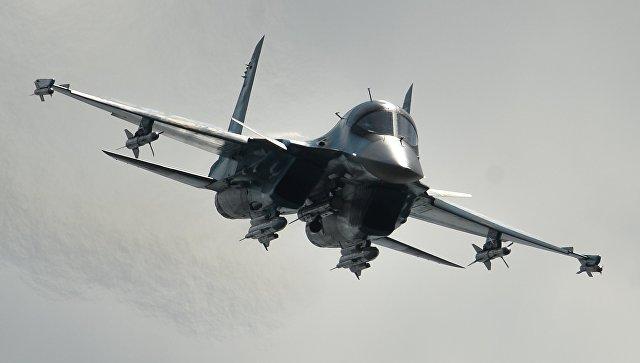 Самолет Су-34 во время выступления в последний день работы Международного авиационного-космического салона МАКС-2015 в подмосковном Жуковском.