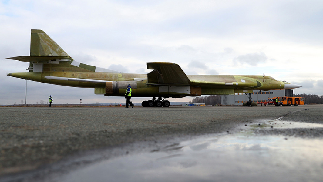 Самолет Ту-160 на Казанском авиазаводе.