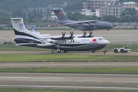 На выставке Airshow China 2016 демонстрировались два новейших достижения китайского авиапрома: самолет-амфибия AG-600 (на переднем плане) и военно-транспортный самолет Y-20 (на заднем плане).