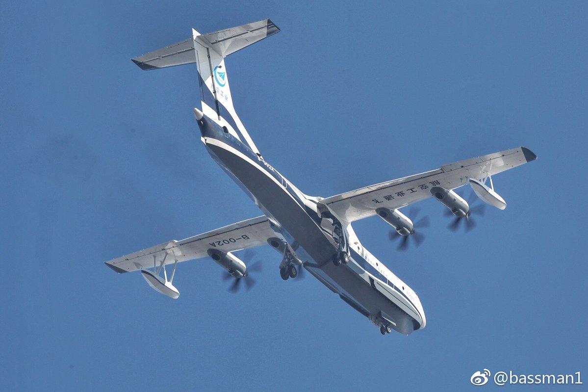 Первый летный опытный образец китайского самолета-амфибии AG600 Jiaolong (серийный номер 001, регистрационный номер В-002А) в первом полете. Чжухай (провинция Гуандун), 24.12.2017.