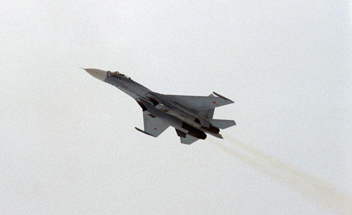 Самолет-истребитель Су-27.