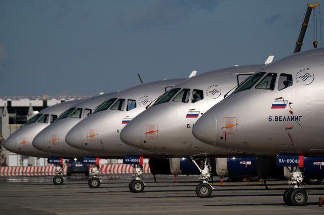 Самолеты Sukhoi Superjet 100 на стоянке самолетов в аэропорту «Шереметьево» в Москве.