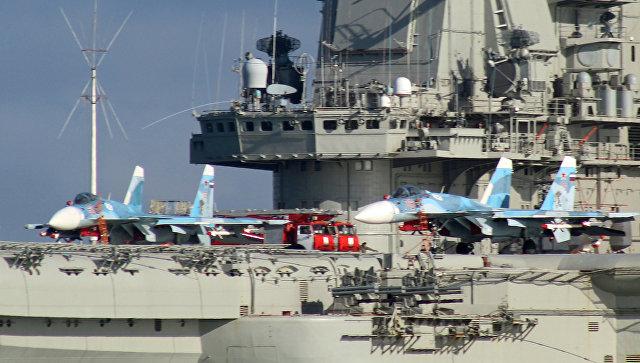 Самолеты Су-33 на борту тяжелого авианесущего крейсера Адмирал Флота Советского Союза Кузнецов. Архивное фото.