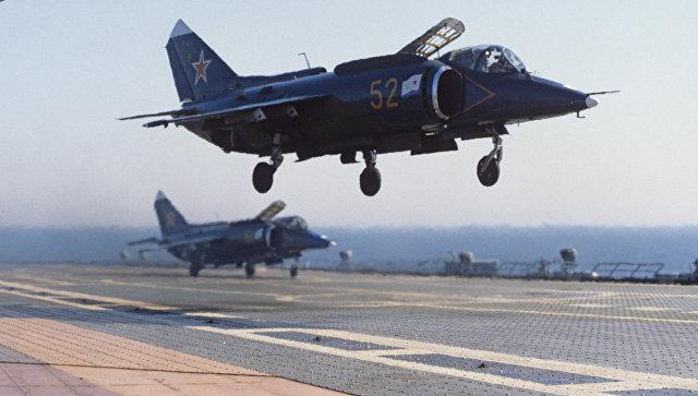 Самолеты Як-38 на борту крейсера Новороссийск. Архивное фото.