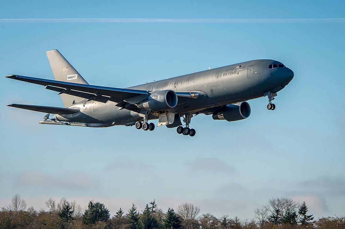 Первый построенный для ВВС США серийный самолет-заправщик Boeing KC-46A Pegasus (регистрация N50217, заводской номер 41858, номер ВВС США 16-46009, серийный номер VH009) в первом полете. Эверетт, 05.12.2017.
