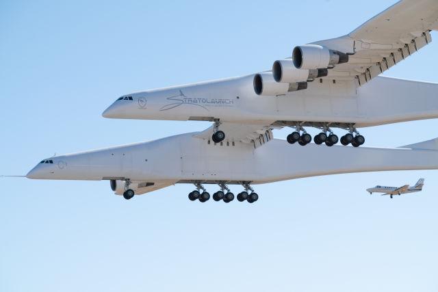 """Самый большой в мире самолет-носитель Stratolaunch Model 351 авиационно-космической системы """"воздушного старта"""" Stratolaunch американской компании Stratolaunch Systems в первом полете. Мохаве (Калифорния), 13.04.2019"""