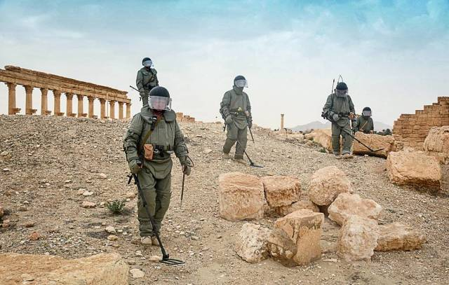Саперы сводного отряда Международного противоминного центра Вооруженных сил РФ во время работ по разминированию исторической части Пальмиры