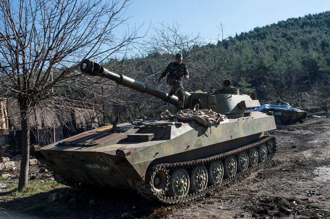 """Самоходная артиллерийская установка (САУ) """"Гвоздика"""" Сирийской Арабской армии на участке сирийско-турецкой границы в районе города Кесаб."""
