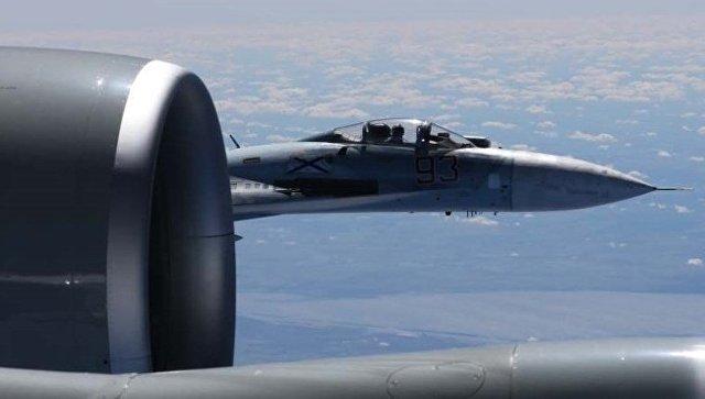Сближение российского Су-27 с самолетом-разведчиком США. Архивное фото.