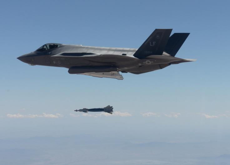 Сброс с борта истребителя F-35 УАБ GBU-12 калибра 500 фунтов (227 кг) с лазерной ГСН, апрель 2016.