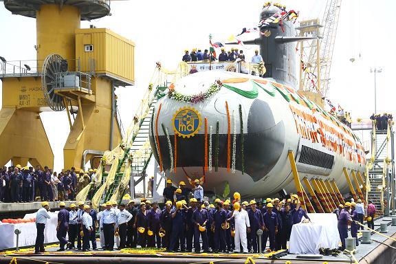 Церемония выкатки из цеха головной строящейся для ВМС Индии на индийском государственном судостроительном предприятии Mazagon Dock Limited (MDL) неатомной подводной лодки S 50 Kalvari проекта Scorpene. Мумбай, 06.04.2015.