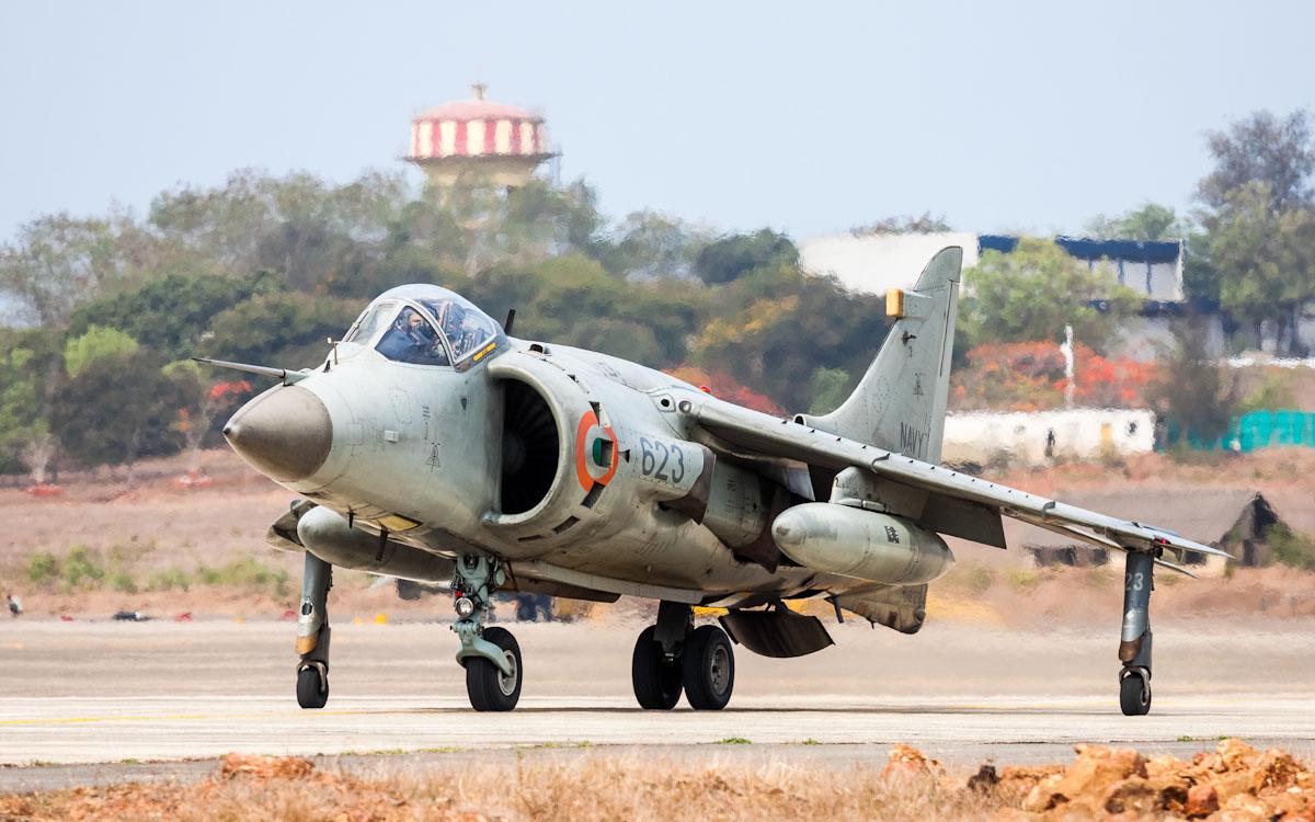 Истребитель BAE Systems Sea Harrier FRS.51 (бортовой номер IN623, модернизирован по программе LUSH) из состава 300-й эскадрильи морской авиации ВМС Индии в период активной службы. Ганза (Гоа), 2013 год.